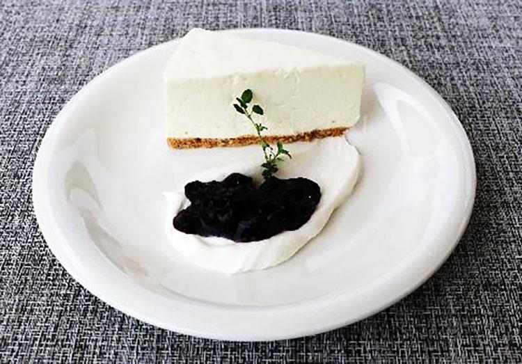 レア チーズケーキ ミックスベリーソース Rare cheesecake with mixed berry sauce
