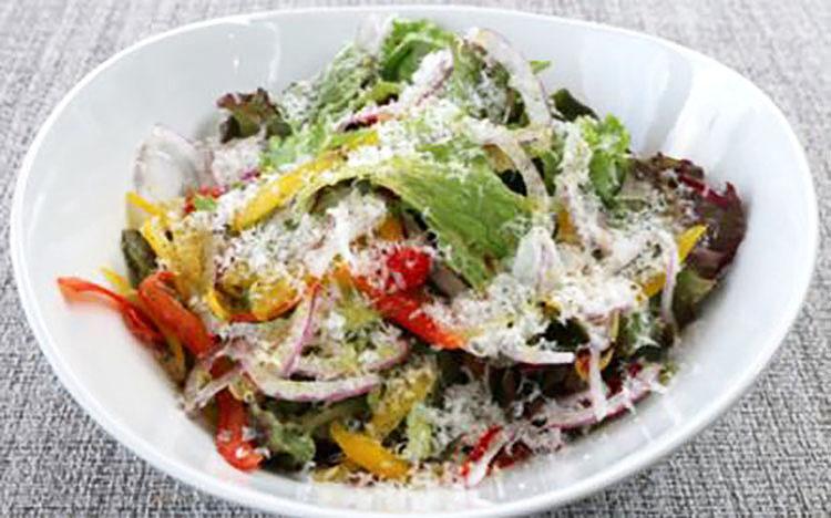 SOLAの有機野菜を使ったガーデンサラダ 自家製バルサミコドレッシング SOLA Garden salad using organic vegetables with homemade balsamic dressing