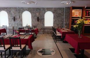 コロナ対策されたレストランのテーブルの配置